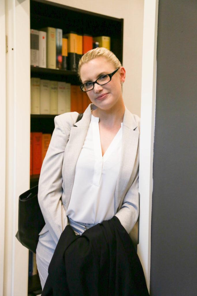 Rechtsanwältin-Stefanie-Großkopf-in-Kanzlei-Van-de-Velde