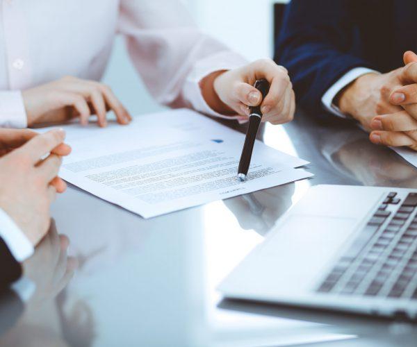 Fachanwalt-für-Arbeitsrecht-Mitarbeitergespräch-Vertragsverhandlung